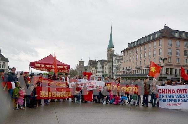 Manifestation en Suisse contre les actes illegaux de la Chine en Mer Orientale hinh anh 1