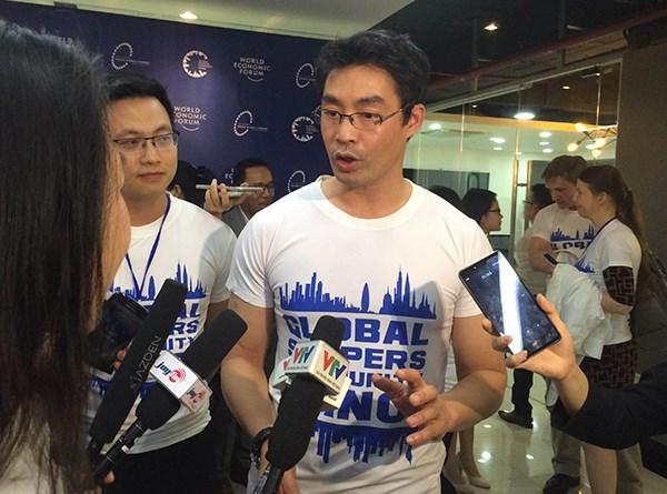 Echange entre le directeur executif du WEF et de jeunes vietnamiens hinh anh 1