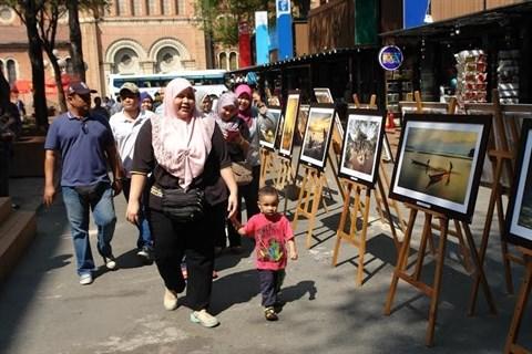 Des photos sur le Vietnam s'exposent en pleine rue de Ho Chi Minh-Ville hinh anh 1