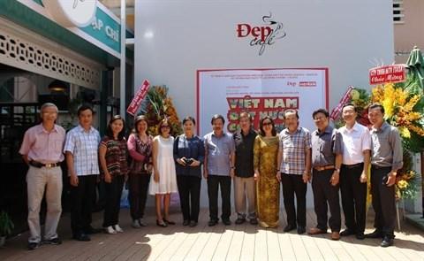 Des photos sur le Vietnam s'exposent en pleine rue de Ho Chi Minh-Ville hinh anh 2