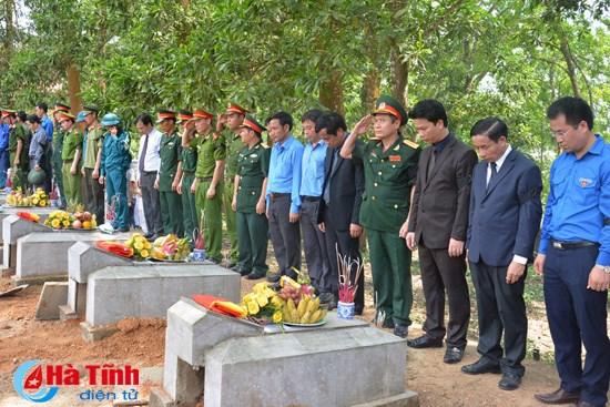 Ha Tinh : inhumation des restes de 19 soldats tombes au Laos hinh anh 1