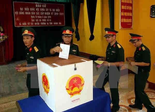 Les electeurs du district insulaire de Truong Sa vont aux urnes hinh anh 1