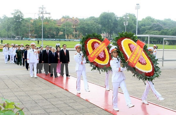 Des dirigeants rendent hommage au President Ho Chi Minh hinh anh 1
