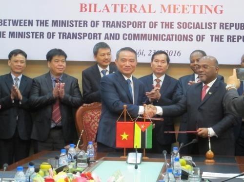 Vietnam, Mozambique intensifient leur cooperation dans les transports hinh anh 1