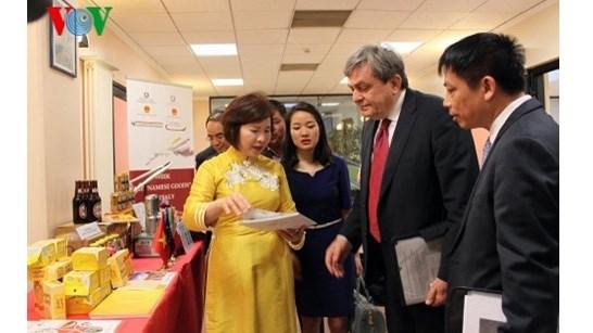 Presentation de produits vietnamiens en Italie hinh anh 1