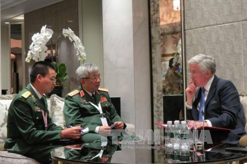 Dialogue Shangri-La : rencontres entre chefs de delegations du Vietnam et de l'UE hinh anh 1