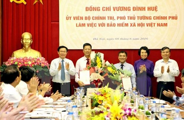 Le vice-PM Vuong Dinh Hue travaille avec l'Assurance sociale du Vietnam hinh anh 1