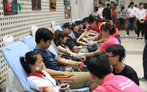 Des centaines de jeunes participent a la Fete du don de sang hinh anh 1