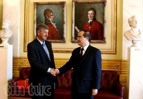 Le president du Comite central du Front de la Patrie du Vietnam en visite au Norvege hinh anh 1