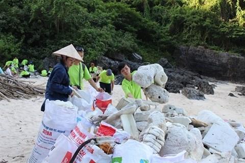 Une centaine de volontaires nettoient des iles et ilots de la baie de Ha Long hinh anh 1