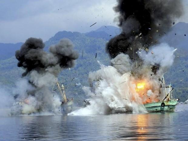 L'Indonesie fait couler des bateaux etrangers arretes pour peche illegale hinh anh 1