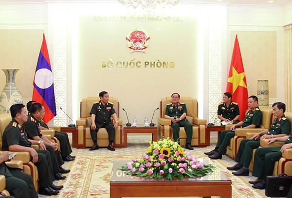 Des dirigeants de la defense rencontrent des hotes laotiens et americains hinh anh 1