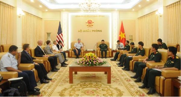 Des dirigeants de la defense rencontrent des hotes laotiens et americains hinh anh 2