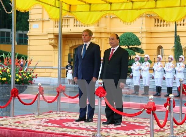 Entretien entre les deux Premiers ministres vietnamien et roumain hinh anh 1