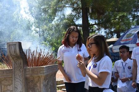 Des jeunes Viet kieu visitent l'ancienne citadelle de Quang Tri hinh anh 1