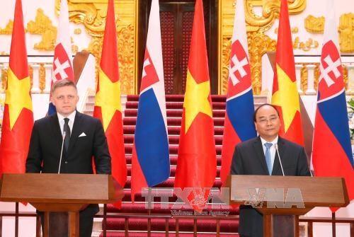 Entretien entre les Premiers ministres vietnamien et slovaque hinh anh 1