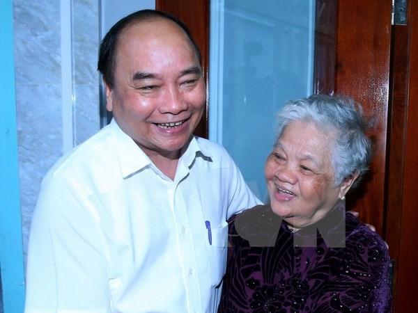 Nguyen Xuan Phuc offre des cadeaux a des familles meritantes a Can Tho hinh anh 1