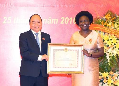 Remise de l'Ordre de l'amitie a Victoria Kwakwa hinh anh 1