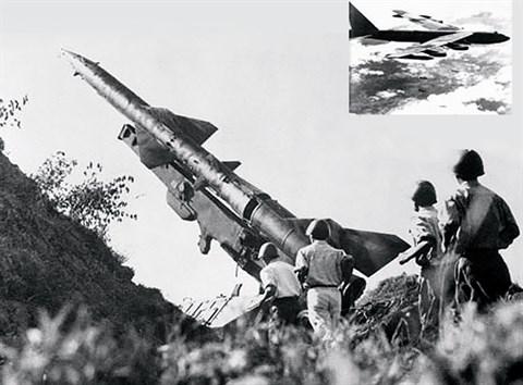 Des attaches militaires etrangers visitent une unite de defense antiaerienne hinh anh 1
