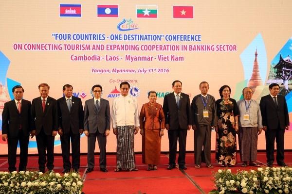 Le vice-PM Vu Duc Dam rencontre le vice-president birman Henry Van Thio hinh anh 1