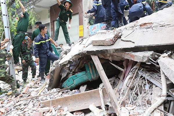 Hanoi : une maison s'effondre dans le vieux quartier, deux morts hinh anh 1