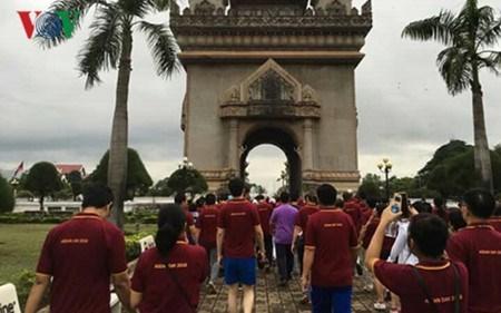 Une marche a Vientiane pour marquer le 49e anniversaire de l'ASEAN hinh anh 1