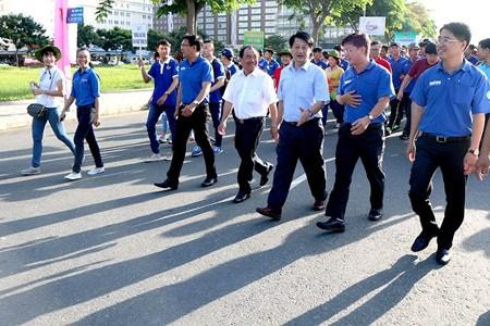 Des milliers de jeunes marchent en faveur des eleves et etudiants en difficulte hinh anh 1