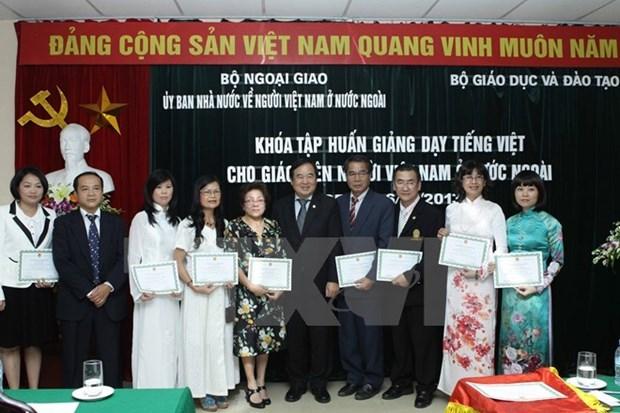 Cloture de la formation en langue vietnamienne au profit d'enseignants Viet kieu hinh anh 1