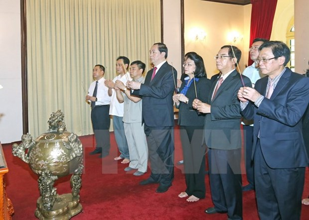 Des dirigeants vietnamiens rendent hommage au President Ho Chi Minh hinh anh 2