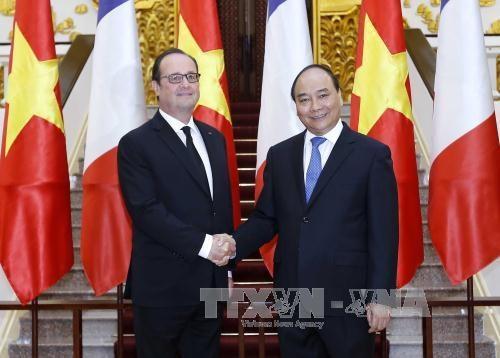 Entrevue Nguyen Xuan Phuc et Francois Hollande hinh anh 1