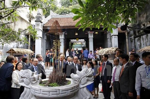 Le president francais se rend dans le Vieux quartier de Hanoi hinh anh 1