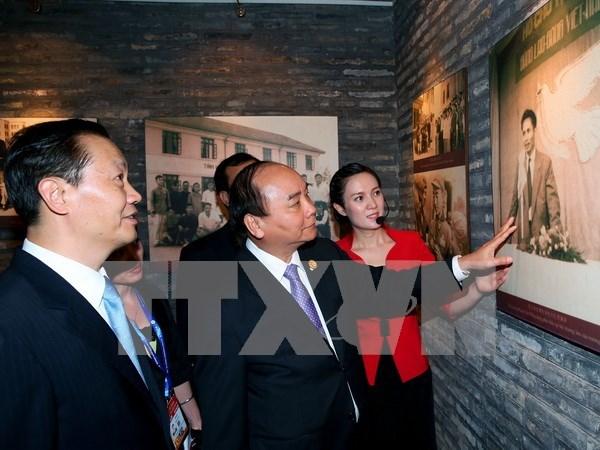 Le PM Nguyen Xuan Phuc se rend dans plusieurs etablissements au Guangxi hinh anh 1
