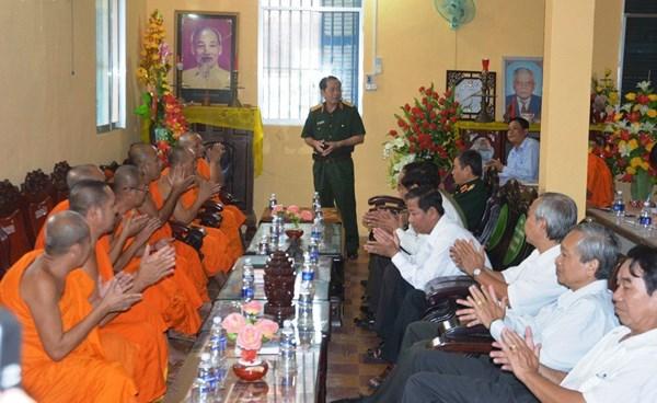 Remise de cadeaux aux Khmers en l'honneur de la fete Sene Dolta hinh anh 1
