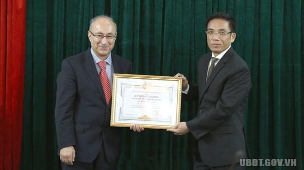 Remise de l'insigne «Pour l'œuvre de developpement des ethnies» au president de l'EUMA hinh anh 1