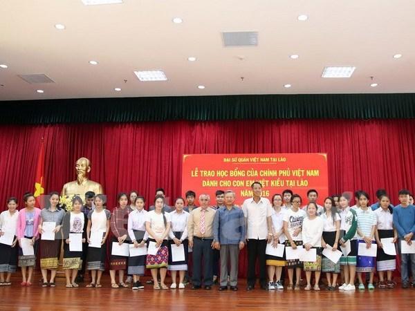 Le gouvernement accorde des bourses d'etude aux enfants de la diaspora etablie au Laos hinh anh 1
