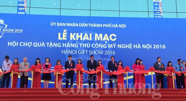 Ouverture de la foire des cadeaux et des produits artisanaux de Hanoi 2016 hinh anh 1