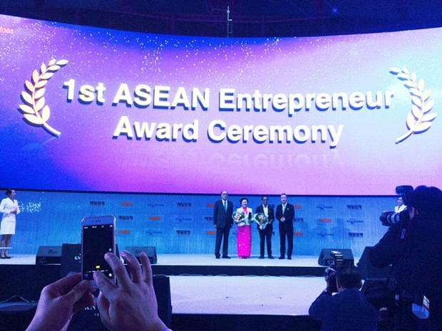 Une femme vietnamienne recoit le Prix d'