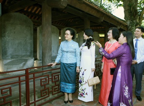 Les epouses des dirigeants a la decouverte de la culture de Hanoi hinh anh 1
