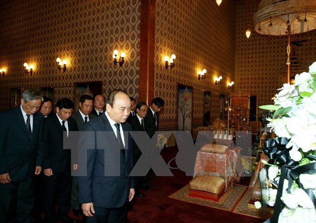 Le Premier ministe Nguyen Xuan Phuc rend hommage roi Bhumibol hinh anh 1