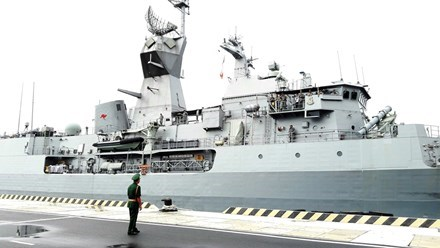 Une navire de la Marine royale australienne au port de Cam Ranh hinh anh 1