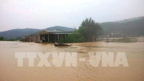 Les crues et les inondations causent de lourds degats au Centre hinh anh 1