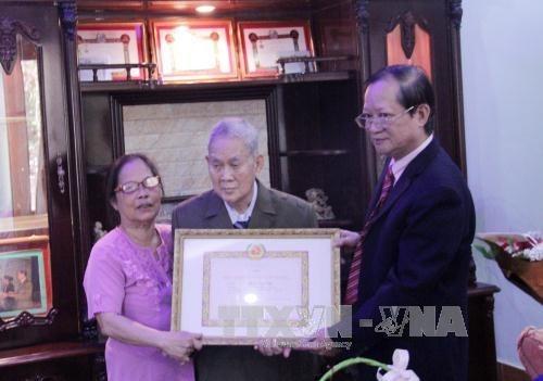 Le premier Viet kieu au Laos a recevoir l'insigne de 65 ans d'adhesion au Parti hinh anh 1