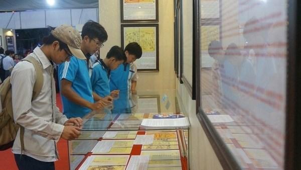 Exposition «Hoang Sa, Truong Sa du Vietnam - les preuves historiques et juridiques» a Vinh Long hinh anh 1