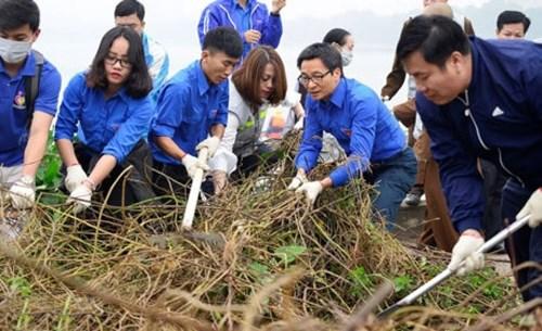 Le vice-PM Vu Duc Dam participe a la campagne «Bon geste pour l'environnement» hinh anh 1
