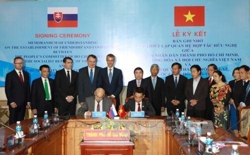 Signature d'un protocole d'accord de cooperation entre HCM-Ville et la ville slovaque de Kosice hinh anh 1