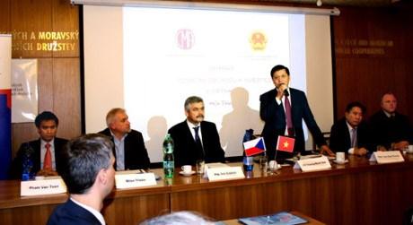 Colloque sur la promotion du commerce et de l'investissement au Vietnam en R. tcheque hinh anh 1
