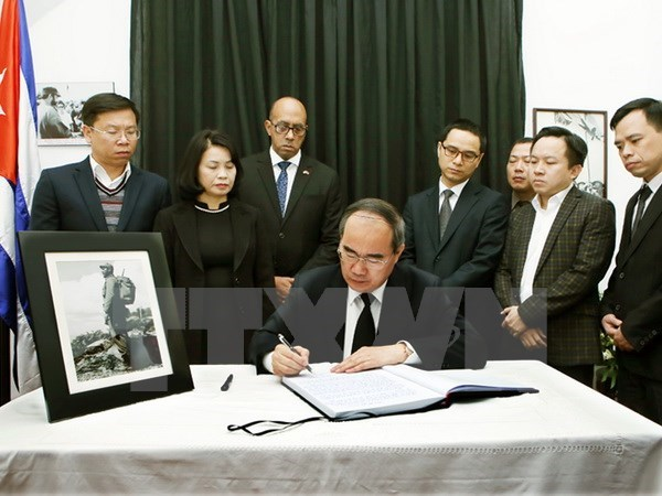Le president du FPV Nguyen Thien Nhan rend hommage au leader cubain Fidel Castro hinh anh 1
