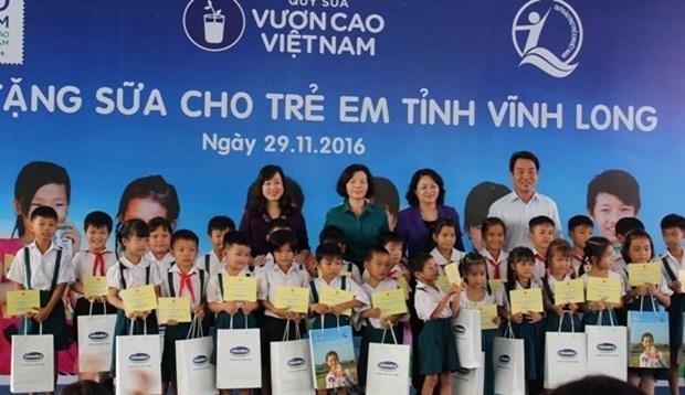 La vice-presidente vietnamienne offre des bourses scolaires a des enfants de Vinh Long hinh anh 1