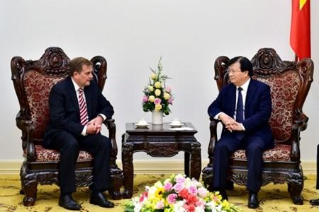 Le vice-Premier ministre Trinh Dinh Dung recoit le vice-president du groupe ExxonMobil hinh anh 1