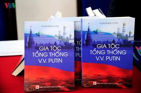 Publication d'un livre sur la famille de Vladimir Poutine en vietnamien hinh anh 1
